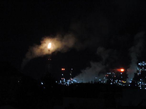 Το …ανέσπερο φως των ΕΛΠΕ λαμπαδιάζει τις νύχτες στην Ελευσίνα! (video)