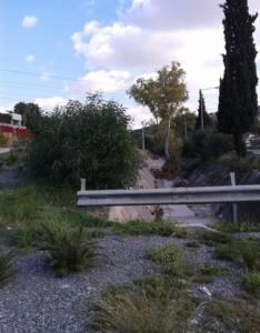 Σκαραμαγκάς: μπαζωμένο ρέμα δίπλα στην Ιερά Οδό